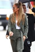 http://img18106.imagevenue.com/loc884/th_502197097_Jennifer_Lopez__Arrives_at_Jimmy_Kimmel_Live__03_122_884lo.jpg